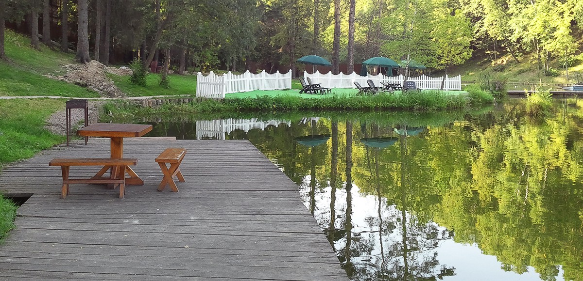 Оборудованное шезлонгами место для отдыха жителей КП Елочка
