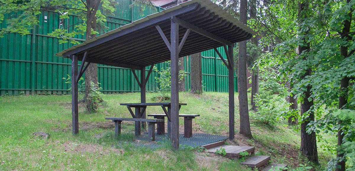 Столик под навесом у озера, КП Елочка
