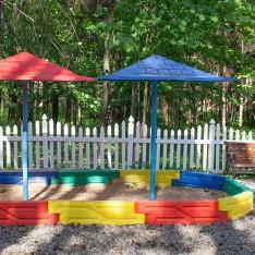 Песочница на детской площадке поселка Елочка
